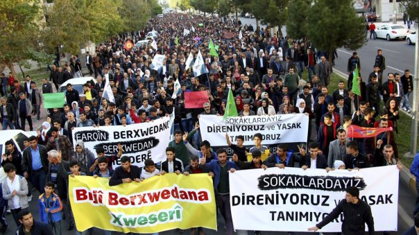 Cientos de kurdos se manifiestan contra el gobierno en Diyarbakir, Turquía
