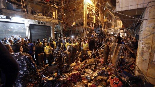 Vista de los desperfectos causados por los dos ataque suicidas perpetrados en el suburbio de Burj Barajneh, en Beirut, Líbano