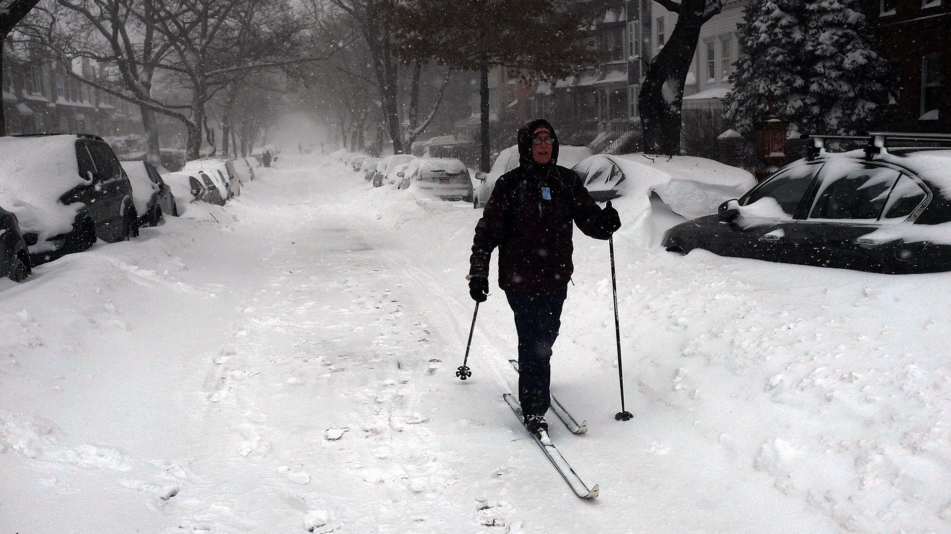 Una mujer de Brooklyn usando esquies en la nieve