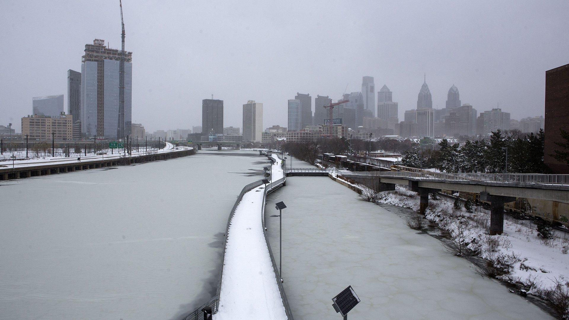 Una vista del río Schuylkill congelado y la ciudad de Filadelfia, Pensilvania
