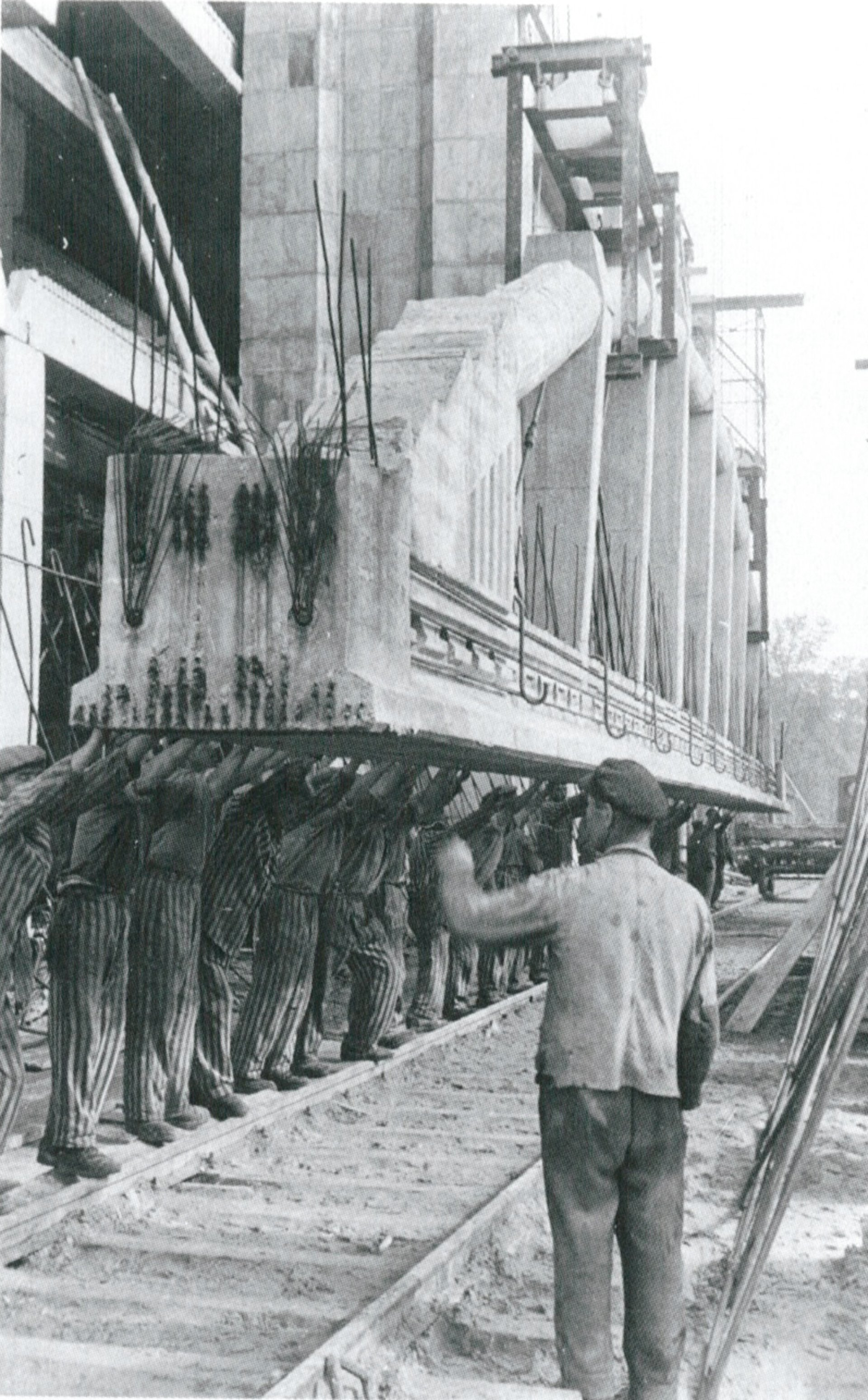 Presos del recinto secundario de Farge construyen un búnker a prueba de bombas para la fabricación de submarinos. 1944