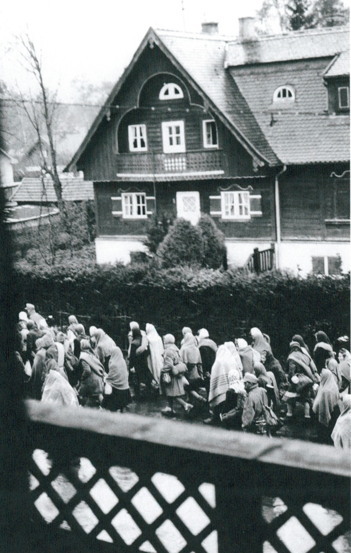 Esta fotografía clandestina tomada el 28 de abril de 1945 documenta la marcha letal de un grupo de reclusos de Dachau