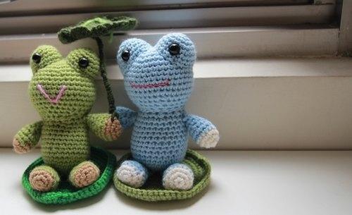 【布。棉花】毛線娃娃。小青蛙毛線玩偶(右款) - 布。棉花 | Pinkoi
