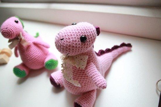 粉紅胖胖龍. 毛線恐龍 - 設計館 布。棉花 - 玩偶.公仔 | Pinkoi