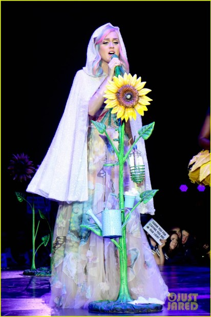 https://i0.wp.com/cdn02.cdn.justjared.com/wp-content/uploads/2014/05/perry-allcost1/see-all-of-katy-perry-crazy-prismatic-tour-costumes-here-01.jpg?resize=412%2C617