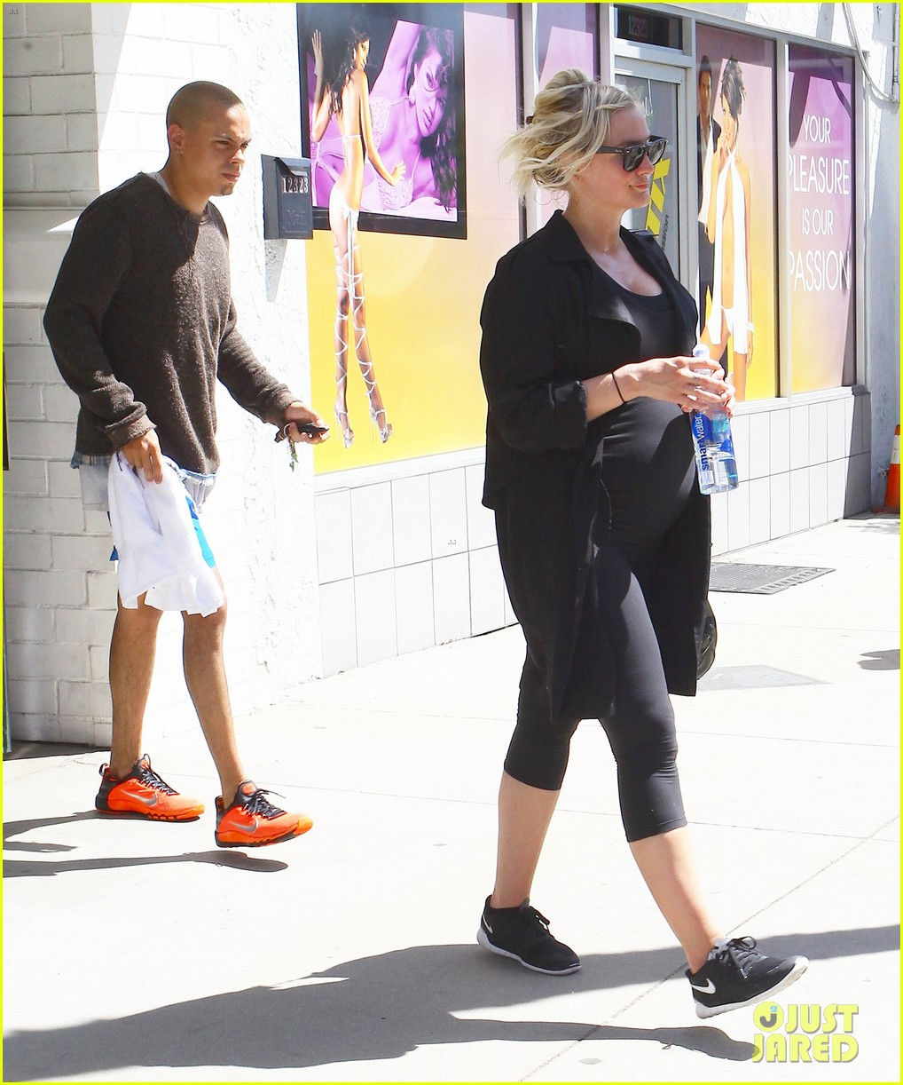Ashlee Simpson Hits The Gym As Her Due Date Nears Photo