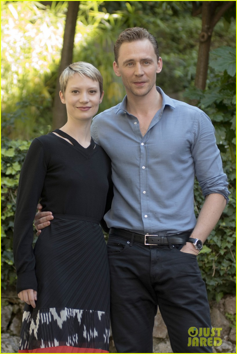 tom hiddleston gives mia wasikowska a cold welcome in crimson peak watch here 01