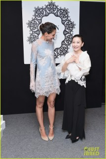 Katie Holmes Lovely In Lace Lanyu Fashion Show