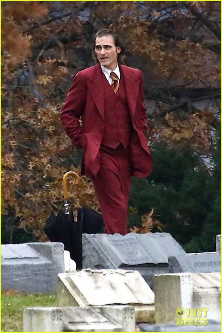 Joker | Novas fotos mostram Joaquim Phoenix em um cemitério