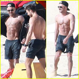 Â¡Zac Efron se queda sin camisa mientras golpea la playa con el hermano menor Dylan!