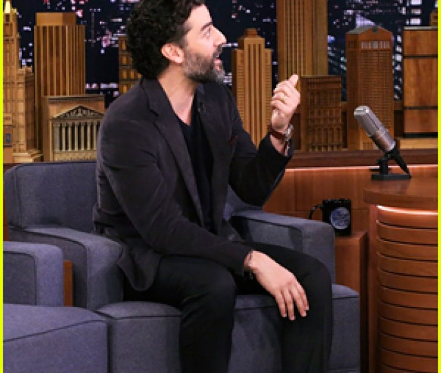 Oscar Isaac Got Upstaged By C 3po The Day He Wrapped Star Wars Episode Ix
