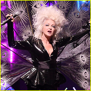 Cyndi Lauper Steps on Bee During Her Concert, Pulls Out Stinger While Singing!