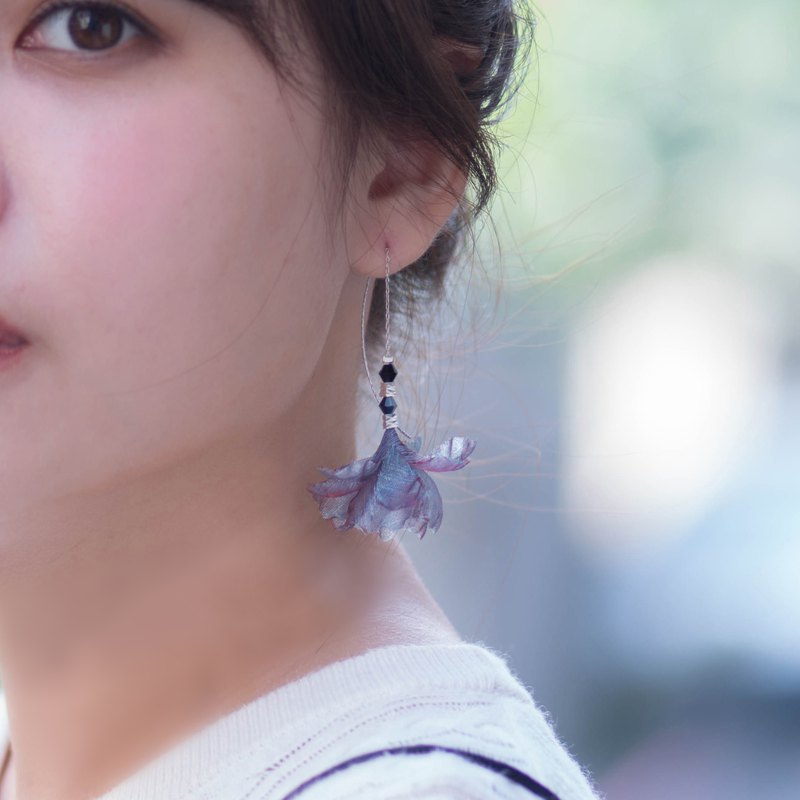 Afra 前衛感雙色紗水晶金屬細耳針耳環 - 設計館 艸化工事 Maison du Corsage - 耳環,耳夾 | Pinkoi