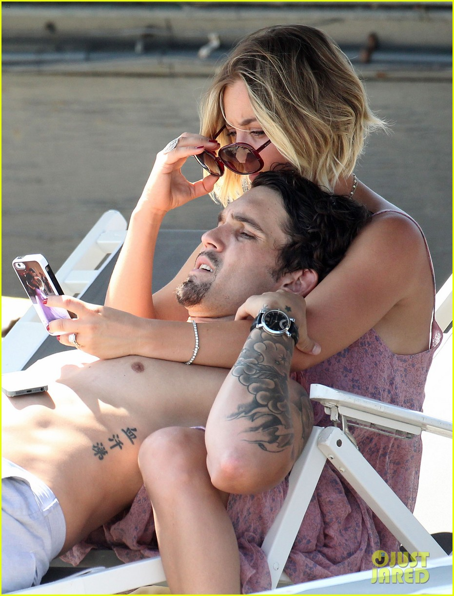 kaley cuoco hits up joel silvers memorial day party with ryan sweeting 17
