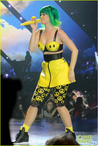 https://i0.wp.com/cdn03.cdn.justjared.com/wp-content/uploads/2014/05/perry-allcost1/see-all-of-katy-perry-crazy-prismatic-tour-costumes-here-25.jpg?resize=413%2C617