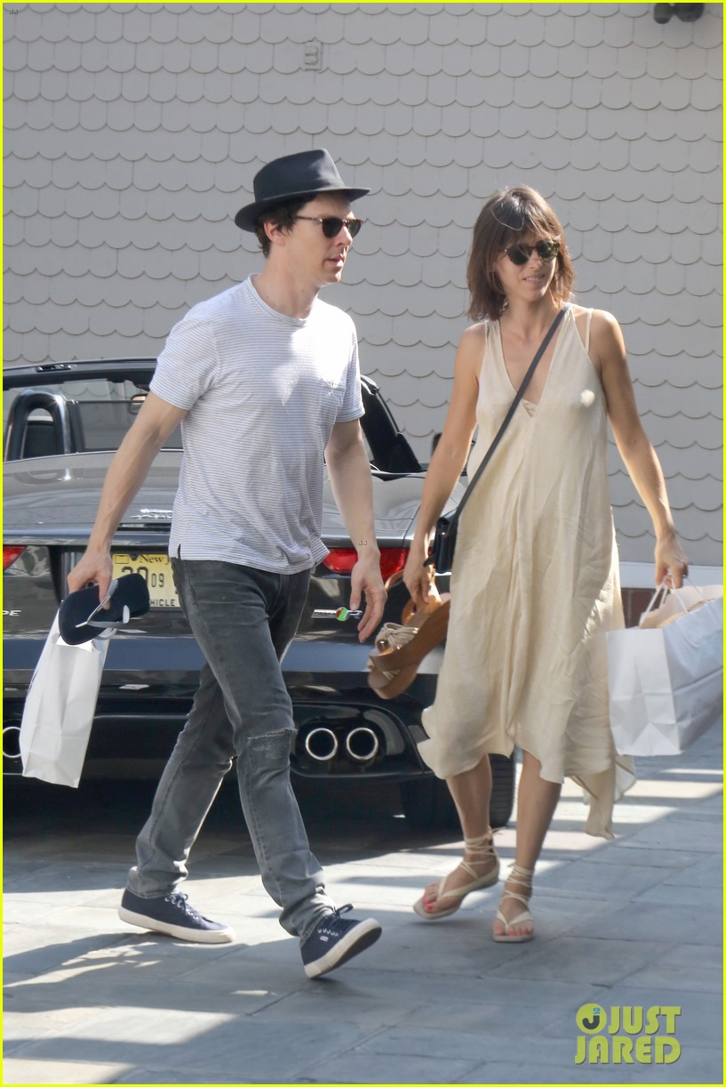 benedict cumberbatch and his wife sophie hunter go shopping in venice beach 01