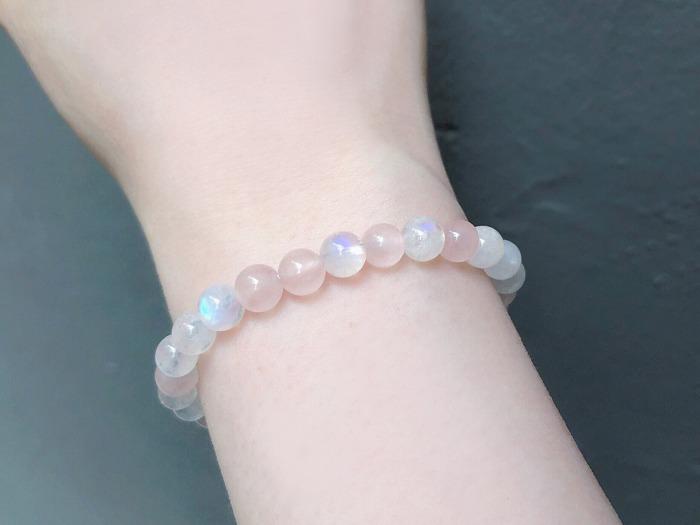 粉晶適合配戴在胸口,或是右手能招桃花