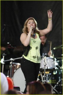 Kelly Clarkson Toes