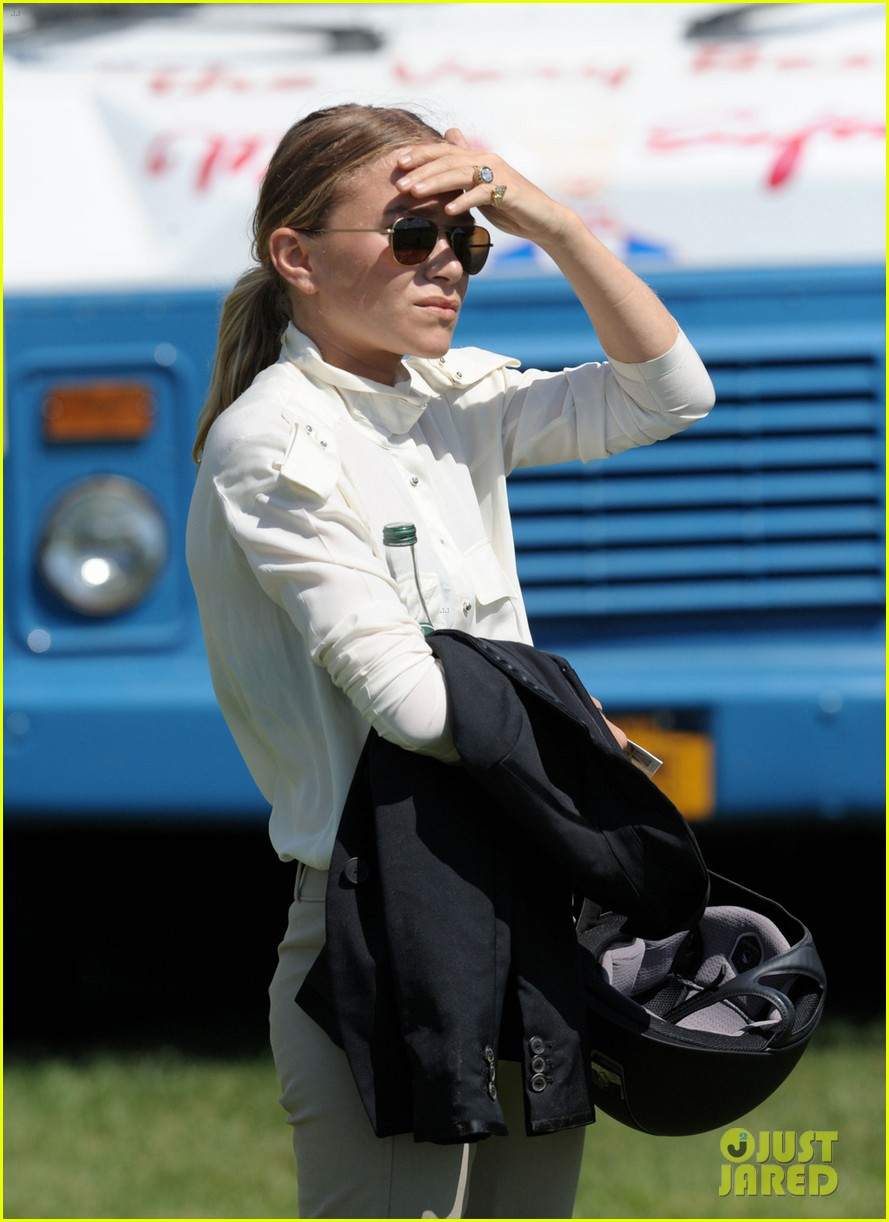 MaryKate Olsen Adds Horseback Riding to Her Resume  See Her Competition Pics Photo 3185720