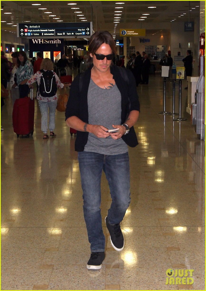 keith urban arrives back home to australia 06