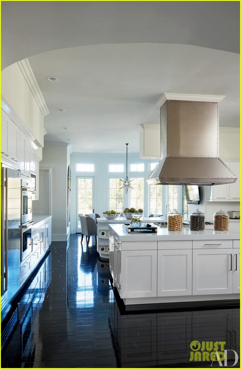Kourtney Amp Khloe Kardashian Show Off Their Homes In