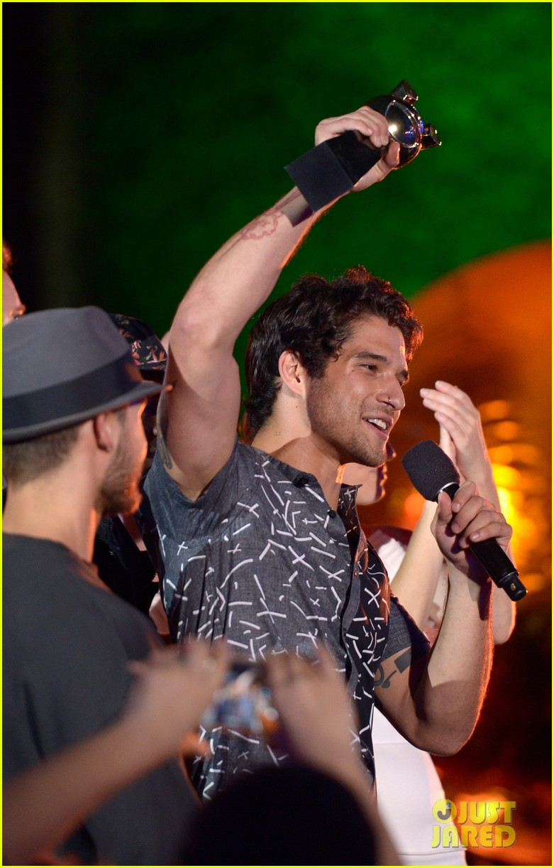Tyler Posey Becomes Superman On Stage At MTV Fandom Awards