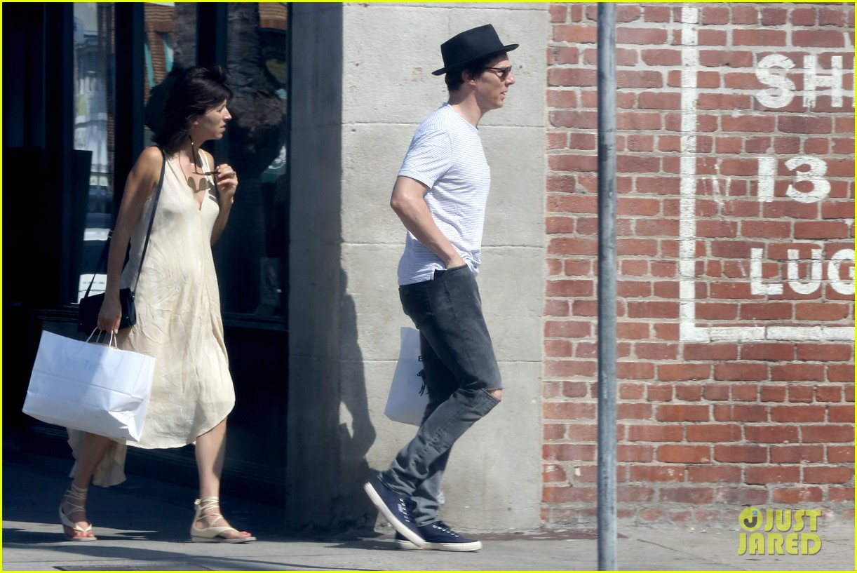 benedict cumberbatch and his wife sophie hunter go shopping in venice beach 05