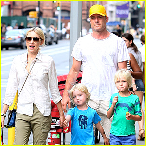 Naomi Watts & Liev Schreiber: Frozen Yogurt with the Boys!