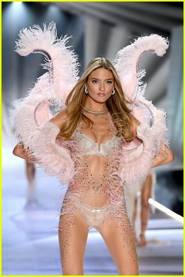 Heres What Every Victorias Secret Angel Wore At The 2018