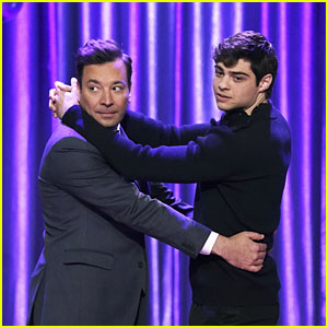 Noah Centineo Slow Dances With Jimmy Fallon During Dance Battle on 'Tonight Show' - Watch!