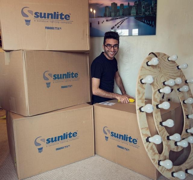 27顆燈泡自製巨大 環形燈 。為棚拍人像提供柔和光源 | DIGIPHOTO