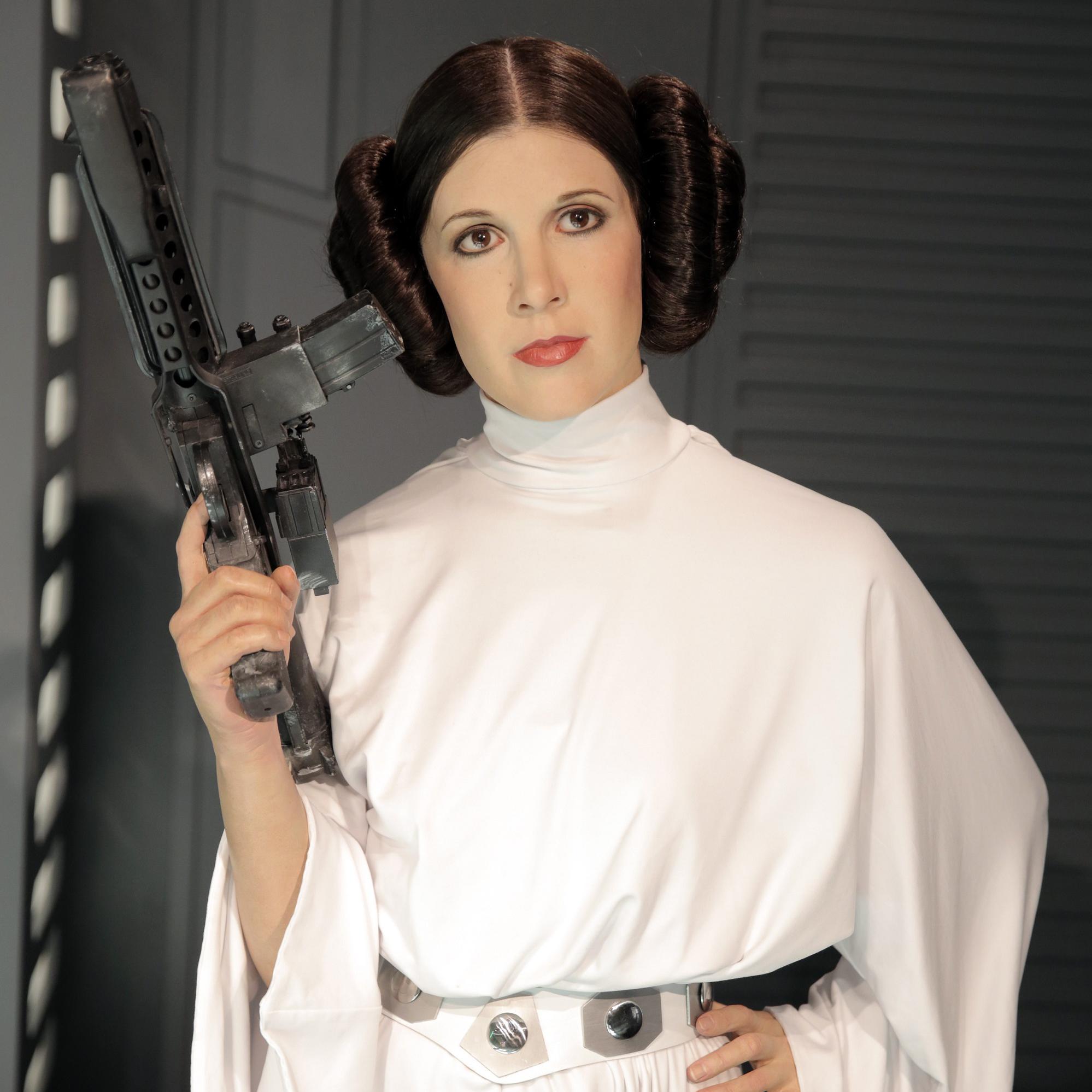 La princesse Leia Organa d'Alderaan, femme politique sensible née en 19 av. BY (la Bataille de Yavin) au Centre Médical de la République sur Polis Massa.