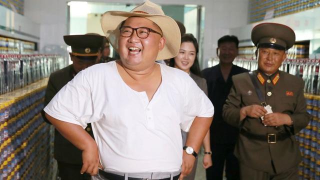 Gaya santai Pemimpin Korea Utara Kim Jong-un berbusana kaus oblong saat blusukan ke pabrik perikanan di Korea Utara (KCNA)