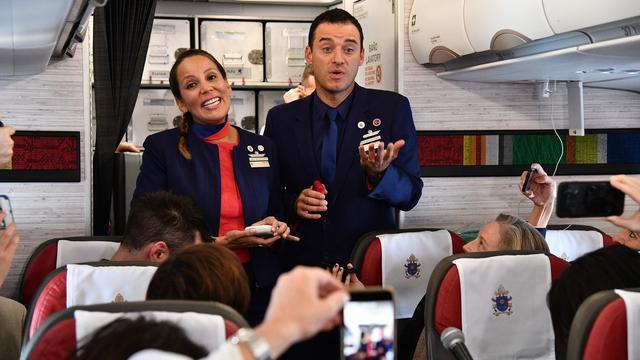 Sungguh Beruntung, Pasangan ini Dinikahkan Paus Frasiskus Diatas Pesawat