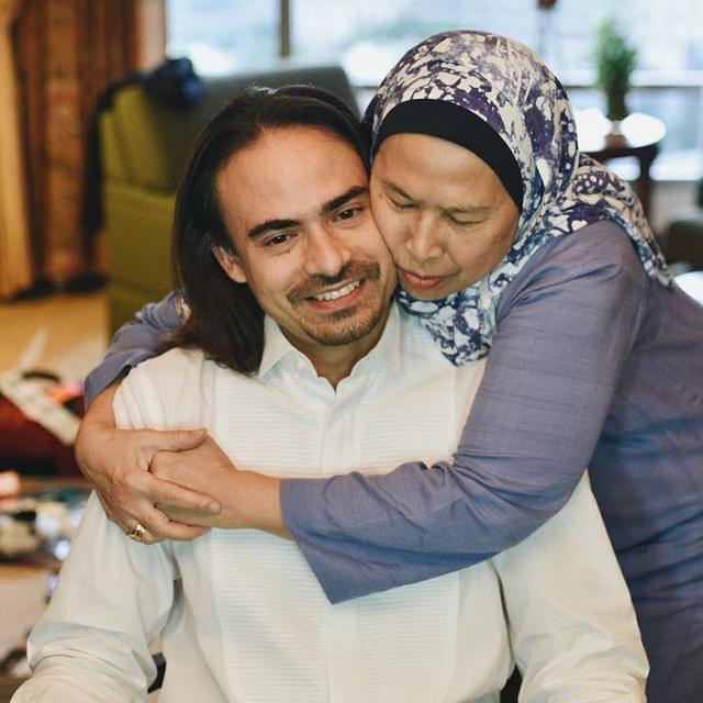 Ungkap Curahan Duka, Ini 6 Kenangan Manis Ashraf Sinclair dan Ibunda