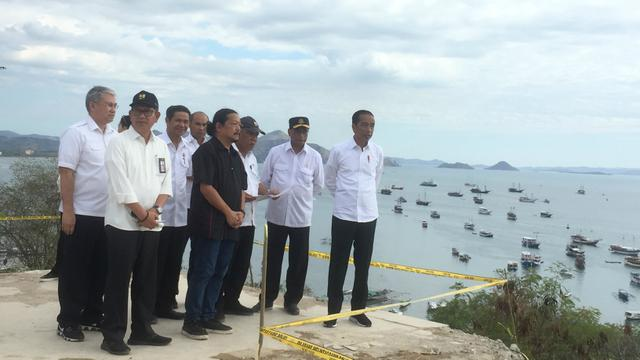 Presiden Jokowi meninjau rencana pengembangan Bandara Komodo setibanya di Labuan Bajo, NTT. Rabu (10/7/2019)