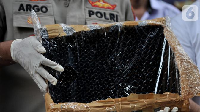 Kabid Humas Polda Metro Jaya, Kombes Pol Argo Yuwono menunjukkan barang bukti saat rilis pengungkapan kasus narkoba jenis tembakau gorila dalam bentuk liquid atau cair di Gedung Dit Resnarkoba Polda Metro Jaya, Jakarta, Senin (28/10/2019). (merdeka.com/Iqbal S. Nugroho)