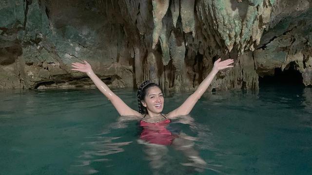 7 Potret Angel Karamoy Liburan ke Labuan Bajo, Berani Berenang di Dalam Goa