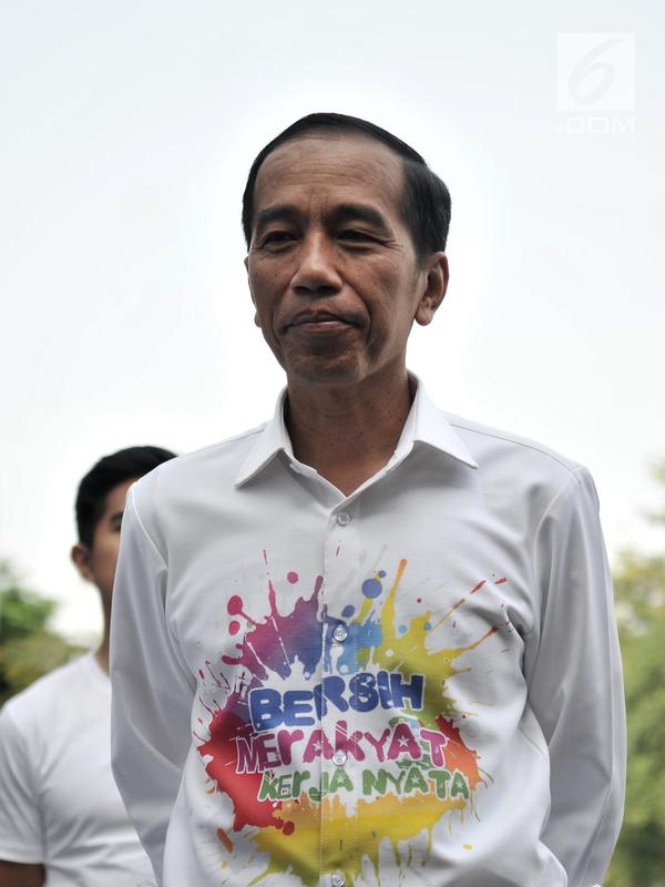 Bakal calon presiden Joko Widodo atau Jokowi saat akan menjalani tes kesehatan di RSPAD Gatot Subroto, Jakarta, Minggu (12/8). Jokowi mengenakan kemeja unik bertuliskan 'Bersih, Merakyat, Kerja Nyata'. (Merdeka.com/Iqbal Nugroho)