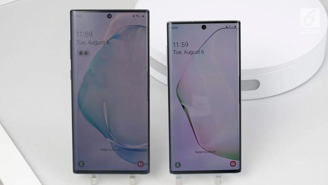 Penampakan Samsung Galaxy Note 10 (kanan) dan Samsung Galaxy Note 10 Plus (kiri) saat diperkenalkan di Barclays Center, Brooklyn, New York, Amerika Serikat, Rabu (7/8/2019). Samsung akhirnya memperkenalkan generasi terbaru Galaxy Note 10 dan Galaxy Note 10 Plus. (News/Istiarto Sigit Nugroho)