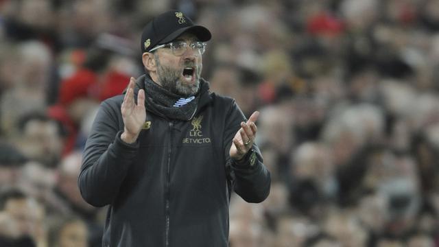 Pelatih Liverpool, Juergen Klopp, memberikan instruksi saat melawan Arsenal pada laga Premier League di Stadion Anfield, Liverpool, Sabtu (29/12). Liverpool menang 5-1 atas Arsenal. (AP/Rui Veira)