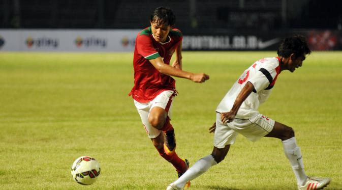 Gelandang timnas Indonesia U-23, Adam Alis (kiri) mengecoh pemain Timor Leste saat berlaga di kualifikasi grup H Piala Asia 2016 di Stadion GBK Jakarta, Jumat (27/3/2015). Indonesia U-23 unggul 5-0 atas Timor Leste. (Liputan6.com/Helmi Fithriansyah)