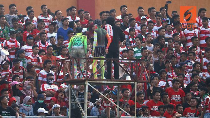 Suporter Madura United. (Bola.com/Aditya Wany)