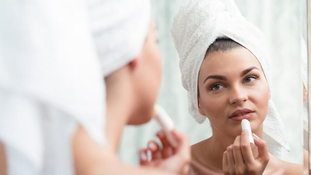 Pakai pelembap bibir atau lipbalm (iStock)