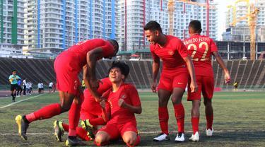 Para pemain Timnas Indonesia U-22 merayakan gol yang dicetak Witan Sulaeman ke gawang Malaysia U-22 pada laga Piala AFF U-22 2019. (Bola.com/Zulfirdaus Harahap)