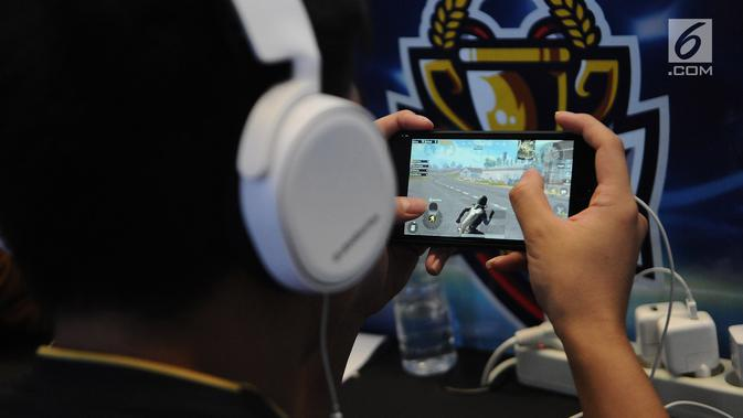 Penggiat game memadati lantai dasar Mangga Dua Mall di Jakarta, Minggu (17/3). Ratusan gamers ambil bagian dalam kompetisi game Mobile Legends dan PUBG Mobile bertajuk NXL Mobile Esports Cup 2019. (News/Herman Zakharia)