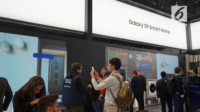 Pengunjung booth Samsung di MWC 2018 melihat-lihat ekosistem Smart Home. (News/ Agustin Setyo W)