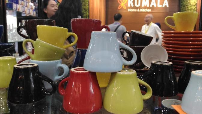Gelas saji berbahan keramik hadir dalam warna-warna cerah yang menyegarkan mata. (Liputan6.com/Dinny Mutiah)