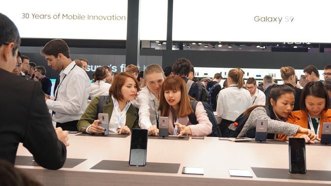 Pengunjung booth Samsung di MWC 2018 menjajal fitur-fitur kamera di Galaxy S9 (News/ Agustin Setyo W)