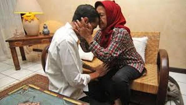 [Bintang] Hari Ibu, Ini Deretan Foto Bakti Presiden Jokowi pada Ibundanya